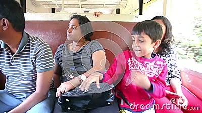 OOTY, ИНДИЯ - МАРТ 2013: люди на историческом использующем энергию пар поезде акции видеоматериалы
