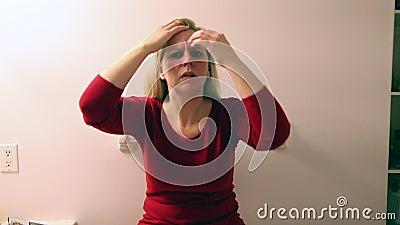 Op zoek naar grijs haar stock footage