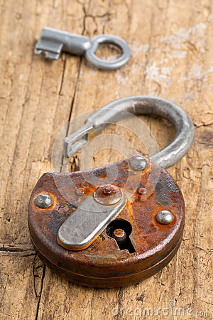 Free Open Antique Padlock With Key Royalty Free Stock Photo - 59216385