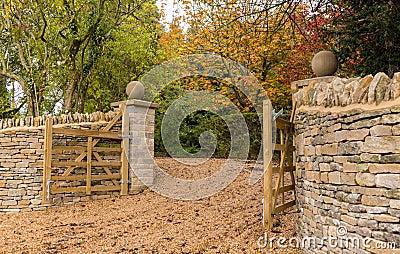 Open houten poorten bij ingang aan modern huis stock afbeelding afbeelding 27760111 - Moderne tuin ingang ...
