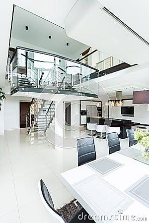 Open plek in modern ontworpen huis stock foto afbeelding 49038600 - Foto modern huis ...