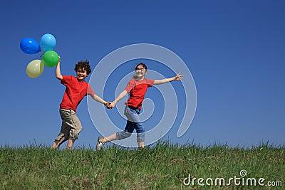 Openlucht spelen van het meisje en van de jongen