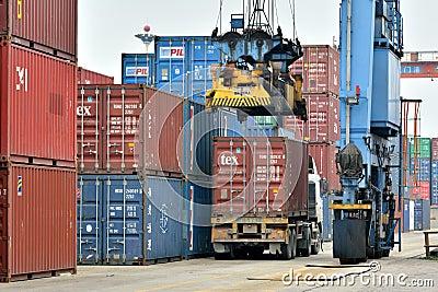 Operación del cargamento del cargo en la yarda de mercancías, Xiamen, China Foto editorial
