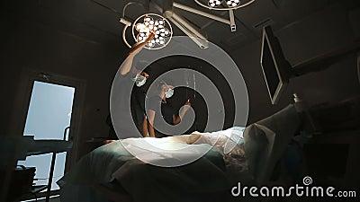 Operacja, medycyna i ludzie pojęć, - chirurg w maskowej przystosowywa lampie w sala operacyjnej przy szpitalem zbiory