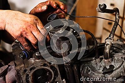 Operaio che ripara motore tagliato