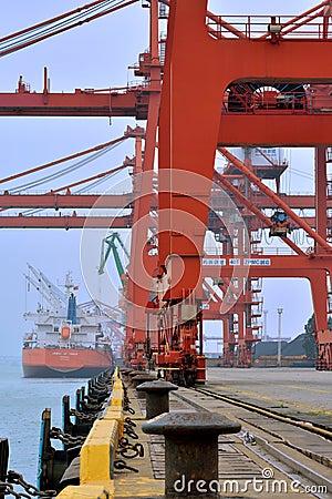 Operation i den Xiamen hamnen, Fujian, Kina Redaktionell Arkivfoto