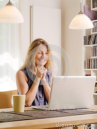 Opgewekt over het winkelen met haar laptop