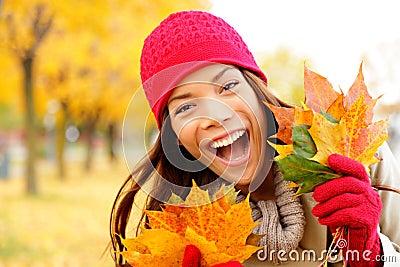Opgewekte gelukkige dalingsvrouw