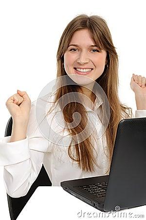 Opgewekte vrouw die met laptop van succes geniet