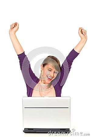 Opgewekte vrouw met laptop