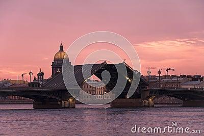 Ophaalbrug in heilige-Petersburg
