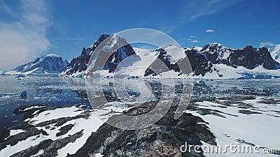 Opinião aérea do cenário do continente da montanha da Antártica filme