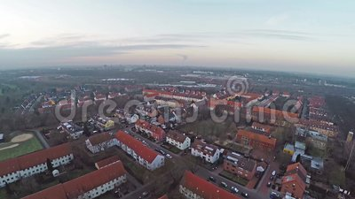 Opinião aérea do panorama de Lindenbergsiedlung em Brunsvique Bransvique Alemanha no dia nebuloso filme