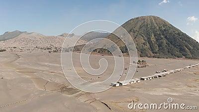 Opinião aérea do tiro cinemático do vulcão bonito de Bromo da montagem com o deserto em East Java video estoque