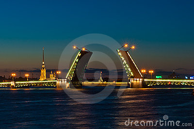 Opinião da noite da ponte do palácio, St Petersburg