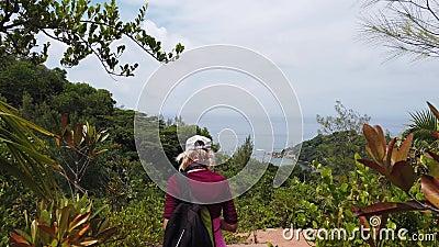 Opini?o de terceira pessoa de Praslin que trekking vídeos de arquivo