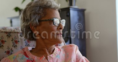 Opinião dianteira a mulher superior caucasiano que relaxa no lar de idosos 4k vídeos de arquivo