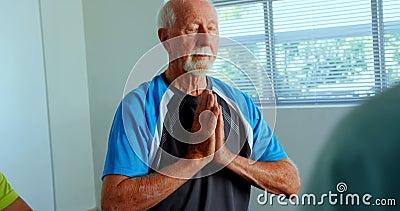 Opinião dianteira o homem superior caucasiano ativo que executa a ioga no estúdio 4k da aptidão vídeos de arquivo