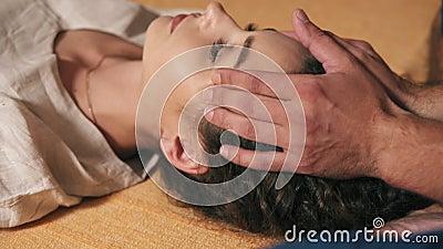 Opinião do close up uma menina bonita com seus olhos massagem tailandesa de recepção fechado da cara e da cabeça Disparado em 4k video estoque
