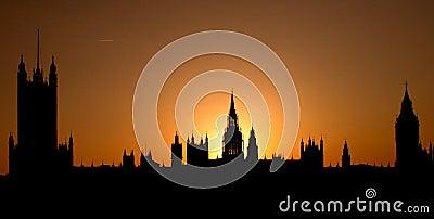 Opinião do por do sol do Westminster mostrado em silhueta