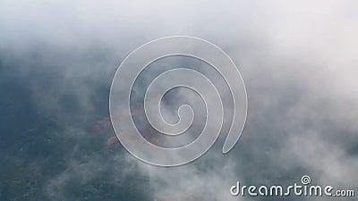 Opinião do zangão das nuvens enevoadas altas acima do terreno vídeos de arquivo