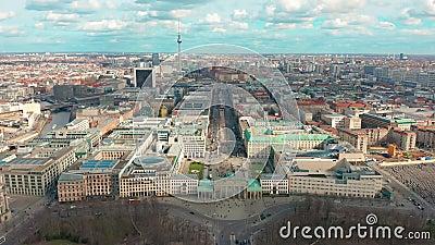 Opinión aérea de Berlin Brandenburg Gate con tráfico de ciudad almacen de metraje de vídeo