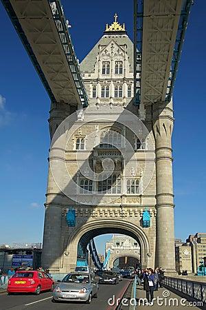 Opinión con los coches, Londres del arco del puente de la torre Foto de archivo editorial