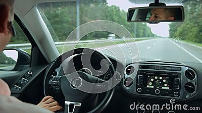 Opinión de la carretera desde adentro del coche durante viaje por carretera almacen de video