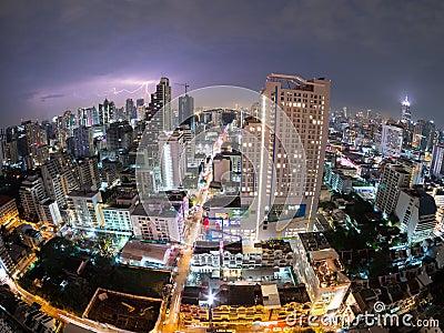 Opinión de la ciudad de Bangkok de la tempestad de truenos (fisheye) Tailandia
