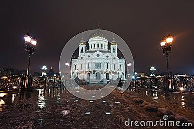 Opinión de la noche sobre la catedral de la albahaca del santo en Moscú, Rusia