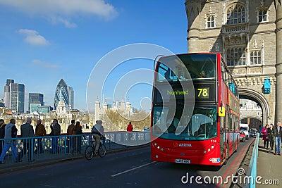 Opinión del arco del puente de la torre con el omnibus rojo, Londres Foto editorial
