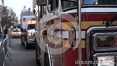 Opinión del primer de los coches del servicio de emergencia que se colocan en el camino Accidente en la ciudad Trabajo que va del almacen de video
