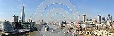Opinión panorámica de la ciudad de Londres del puente de la torre