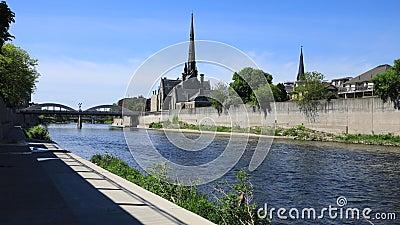 Opinión por el río magnífico, timelapse 4K de Cambridge, Canadá almacen de video