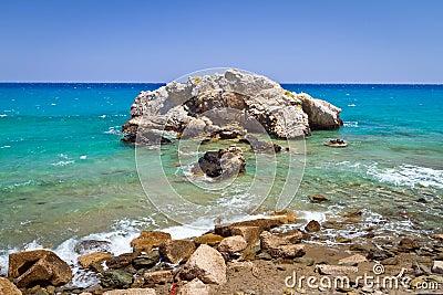 Opinión rocosa de la bahía con la laguna azul