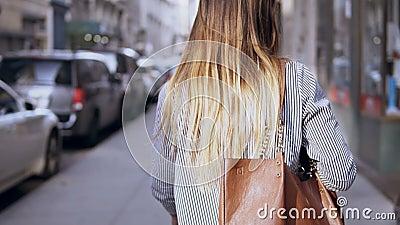Opinión trasera la mujer hermosa joven con el bolso que camina en el centro de ciudad de Nueva York, América, ciudad de exploraci metrajes