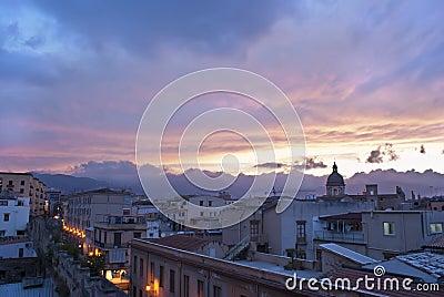 Opinión de Palermo en la puesta del sol. Sicilia