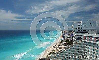 Opinião aérea da praia de Cancun