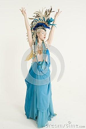 A opinião dianteira a jovem mulher bonita com braços aumentou sobre o fundo colorido