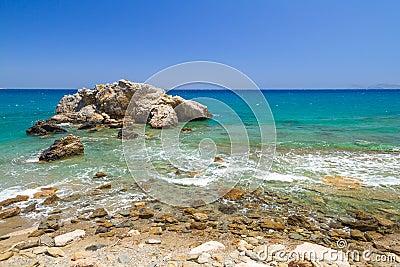 Opinião rochosa da baía com a lagoa azul em Crete
