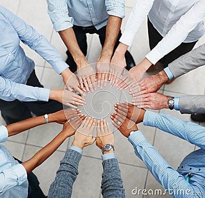 Opinião superior uma equipe do negócio que toma um juramento