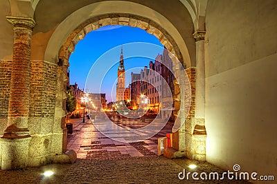 Opinião verde da porta para Gdansk na noite