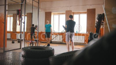 Opleiding van mannen in de kleine sportschool stock footage