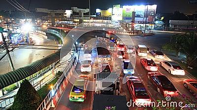 Opstopping in stad, tijdtijdspanne bij nacht stock footage