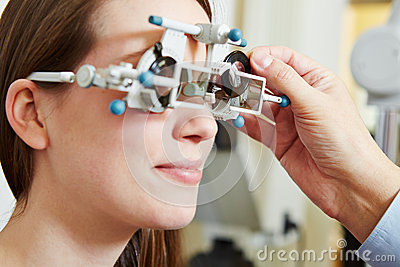 Optician determing prescription