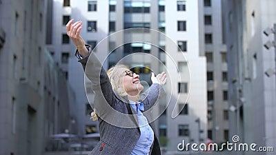Optimistisk äldre kvinnlig som vänder runt om att lyfta händer som tycker om liv, vitalitet stock video