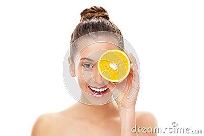 Orange divisée en deux par fixation de femme