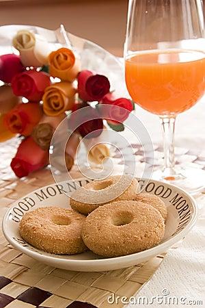 Orangensaft und buiscuits