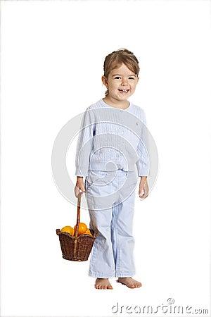 Oranges de fixation de petite fille, chemin de découpage