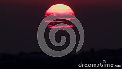 Oranjerode zon bij het plaatsen van ogenblikken Sluit omhoog stock footage